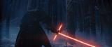 赤い十字型ライトセーバーを持つ謎のキャラクター写真解禁(12月18日公開)(C) 2015Lucasfilm Ltd. & TM. All Rights Reserved