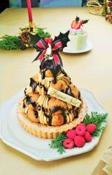 16個のシュークリームを積み上げて作った『クリスマスシューツリーケーキ』