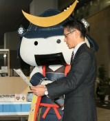 感謝状を贈ったゆるキャラ・むすび丸と宮城県庁経済商工観光部 宮川次長
