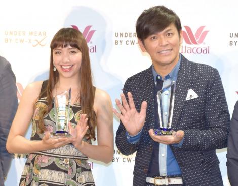 『UNDER WEAR BY CW-X Presents「仕事アスリートアワード」』の授賞式に出席した(左から)豊田エリー、ますだおかだの岡田圭右 (C)ORICON NewS inc.