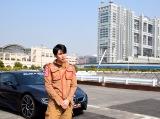 フジテレビを背景に愛車BMWとの撮影に応じた平成ノブシコブシの吉村崇 (C)ORICON NewS inc.