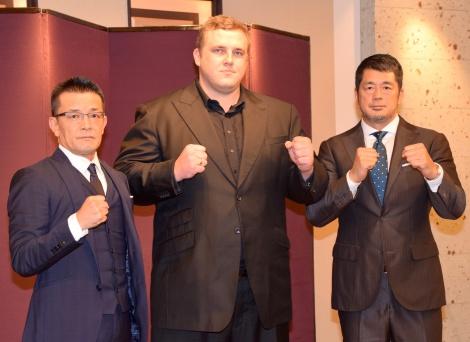 新格闘技イベント『RIZIN FIGHTING WORLD GRAND-PRIX 2015』記者会見に出席した(左から)榊原信行実行委員長、把瑠都、高田延彦 (C)ORICON NewS inc.