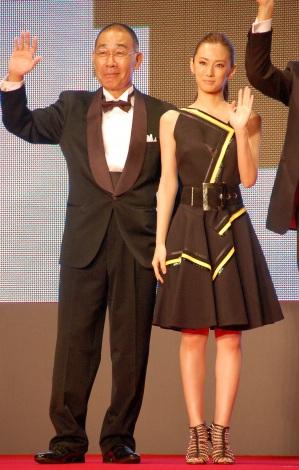 『第28回東京国際映画祭』のレッドカーペットに登場した(左から)でんでん、北川景子 (C)ORICON NewS inc.