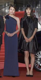 『第28回東京国際映画祭』のレッドカーペットに登場した(左から)橋本愛、竹内結子