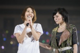 NMB48卒業を発表した門脇佳奈子(左)。山本彩(右)は涙ぐみながら見守った (C)NMB48