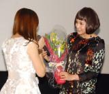 映画『更年奇的な彼女』舞台あいさつに出席した藤原紀香(右) (C)ORICON NewS inc.