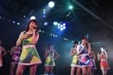 川栄李奈(前列左)の卒業に涙を流した入山杏奈(前列中央) (C)AKS