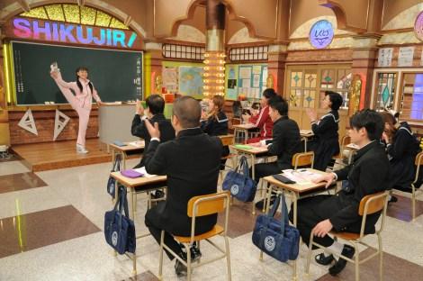 周子さんが行っていたイタイ行動の数々にドン引きする教室の生徒たち。11月2日放送、『しくじり先生 俺みたいになるな!!』3時間スペシャルより(C)テレビ朝日