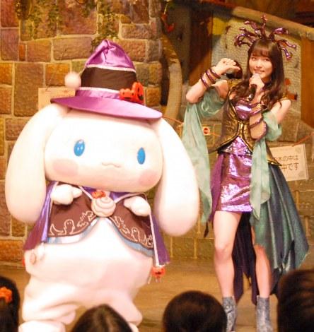 『ピューロハロウィーン2015』に登場した(左から)シナモロール、大森美優 (C)ORICON NewS inc.