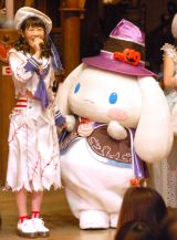 『ピューロハロウィーン2015』に登場した(左から)西野未姫、シナモンロール (C)ORICON NewS inc.