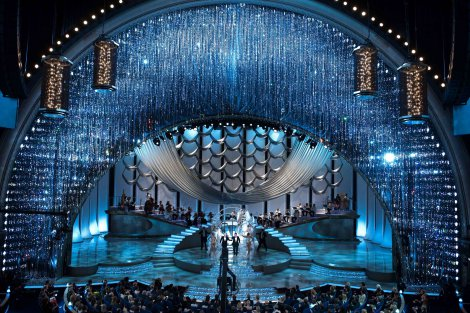 スワロフスキーの創立120周年記念ブランドブックより Curtain for the 2010 Oscars with more than 100,000 crystals, designed by David Rockwell. (C) A.M.P.A.S