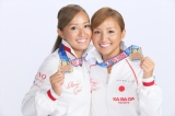 2015年USマスターズシンクロナイズドスイミング選手権で優勝した姉の木村真野(右)、妹の紗野(左)