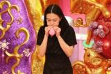 スタジオでは出演者たちが風船ダイエットを体験。木村佳乃が風船を相手にまさかの苦戦を強いられる(C)関西テレビ