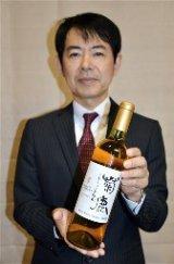 全国から問い合わせが相次いでいる「菊鹿セレクション五郎丸」と、熊本ワインの玉利博之社長=山鹿市
