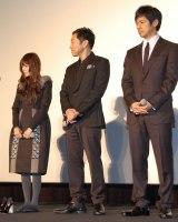 (左から)ヒールを脱ぐ真木よう子、共演者の香川照之、西島秀俊=『劇場版 MOZU』ワールドプレミア舞台あいさつ (C)ORICON NewS inc.