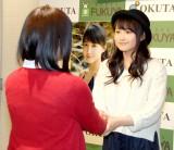 写真集『十六歳』発売イベントでファンと握手する鞘師里保 (C)ORICON NewS inc.