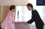 橋下徹大阪市長(右)から表彰状を渡される今くるよ(左)=「第50回大阪市市民表彰」表彰式 (C)ORICON NewS inc.