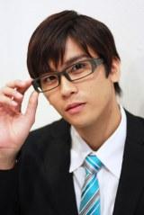 『アニメシナリオ大賞ニュース』のキャスター役として、メガネにスーツ姿で登場(C)Deview