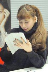 生配信番組『新曲「Save me」リリース記念SPECIAL LIVECAST!!!』でファンからのコメントを読む西内まりや (C)ORICON NewS inc.