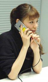生配信番組『新曲「Save me」リリース記念SPECIAL LIVECAST!!!』でファンと生電話する西内まりや (C)ORICON NewS inc.