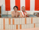 お湯に浸かりながら「あったかいんだからぁ♪」を熱唱したクマムシ(左から)佐藤大樹、長谷川俊輔 (C)ORICON NewS inc.