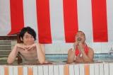 タカラ湯で『紅白歌合戦出馬記者会見』を開催したクマムシ(左から)佐藤大樹、長谷川俊輔