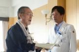 倉木(仲代達矢/左)の心臓にも副作用の兆候が見え始め…、焦る香村(椎名桔平/右)(C)NHK