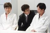 NHK土曜ドラマ『破裂』第4回(10月31日放送)より。香村(椎名桔平/右)と腹心の厨(甲本雅裕/左)とともに佐久間(滝藤賢一/中央)のプロジェクトへの参加を余儀なくされる(C)NHK