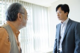 NHK土曜ドラマ『破裂』第4回(10月31日放送)より。倉木(仲代達矢/左)の心臓にも副作用の兆候が見え始め…、焦る香村(椎名桔平/右)(C)NHK