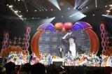 『日テレ HALLOWEEN LIVE 2015』昼公演のラストにマイケル・ジャクソンの仮装で登場した桝太一アナ(中央)