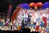 『日テレ HALLOWEEN LIVE 2015』昼公演で日テレ桝太一アナ(中央)とAKB48&HKT48が共演