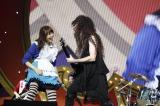 『日テレ HALLOWEEN LIVE 2015』昼公演に出演した(左から)指原莉乃、マーティ・フリードマン