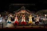 アンコールでは太宰府天満宮の本殿特設ステージで歌を奉納したももいろクローバーZ Photo by HAJIME KAMIIISAKA+Z