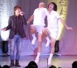 『コロコロチキチキペッパーズ単独「よろチキ4」』でついに初共演を果たした本家「さぁ」を歌う元SURFACE椎名慶治(左)とコロコロチキチキペッパーズ (C)ORICON NewS inc.