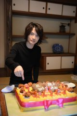 錦戸亮の31歳誕生日を祝うため、「泥そばケーキ」の飾り付けをする神木隆之介(C)テレビ朝日