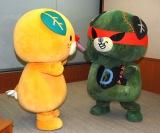 (左から)ダークみきゃん、みきゃん=愛媛県東京事務所訪問イベント (C)ORICON NewS inc.