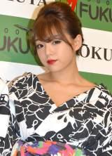胸元がはだけたセクシー浴衣姿で登場した篠崎愛 (C)ORICON NewS inc.