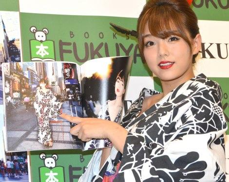お気に入りカットを公開する篠崎愛=HOTO&MUSIC BOOK『ヒカリ』発売記念イベント (C)ORICON NewS inc.
