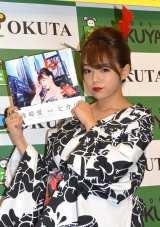 胸元がはだけたセクシーな浴衣姿で登場した篠崎愛=HOTO&MUSIC BOOK『ヒカリ』発売記念イベント (C)ORICON NewS inc.
