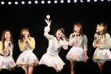 田中将大公演にちなみ全員のサイン入りボールを投げ入れる横山由依(C)AKS