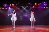 田中将大「僕がここにいる理由」公演よりM10「てもでもの涙」(左から達家真姫宝、樋渡結依)(C)AKS