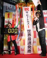 東京・タワーレコード渋谷店の『ザ・ビートルズ 1』発売カウントダウンイベントに登場した(左から)NON STYLE・井上裕介、サエキけんぞう