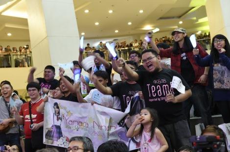 横断幕やおそろいのTシャツで声援を送る現地ファン(C)AKS