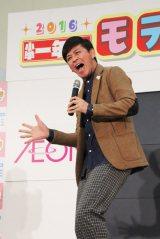 ショッピングモールのイベント広場で行われたオーディション。通りすがりのギャラリーも「ワオ!」でつかむ岡田(C)ORICON NewS inc.