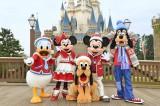 新パレード『ディズニー・クリスマス・ストーリーズ』の新コスチュームを来たミッキーたち (c)Disney