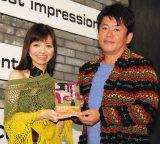 著書『戦場と孤独のフードビジネスを生き抜く』出版イベントに出席した園山真希絵(左)と同席した堀江貴文氏 (C)ORICON NewS inc.