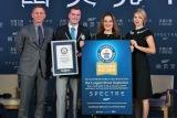 中国・北京でギネス世界記録の認定証を受け取った(左から)ダニエル・クレイグ、ギネス世界記録のクレイグ・グレンデイ編集長、プロデューサーのバーバラ・ブロッコリ、ボンドガールのレア・セドゥ