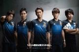 サッカー日本代表の新ホームユニフォームがお披露目 (左から)内田篤人選手、武藤嘉紀選手、香川真司選手、宇佐美貴史選手、柴崎岳選手