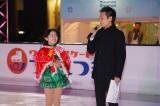 「ウメダ☆スケートリンク つるんつるん」のオープニングセレモニーに出席した(左から)本田望結と大吉アナウンサー
