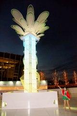 「エモーショナル・クリスマスツリー」を点灯した本田望結=「ウメダ☆スケートリンク つるんつるん」のオープニングセレモニー